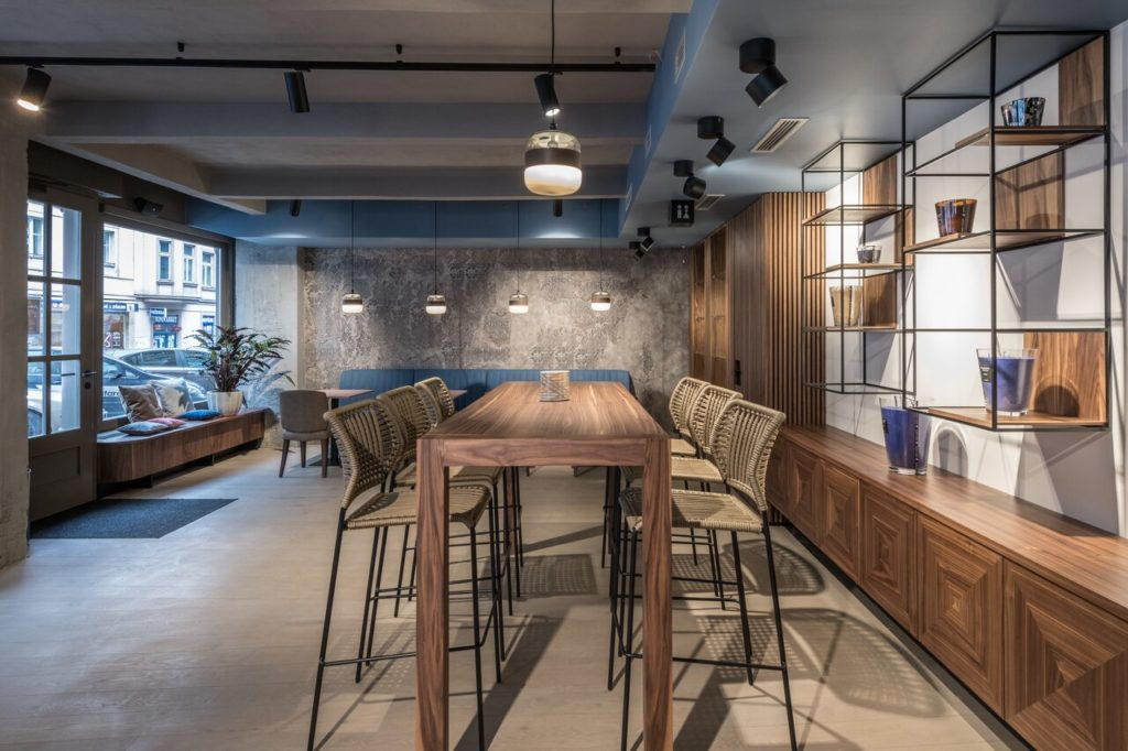 Interiér kavárny s vysokým stolem